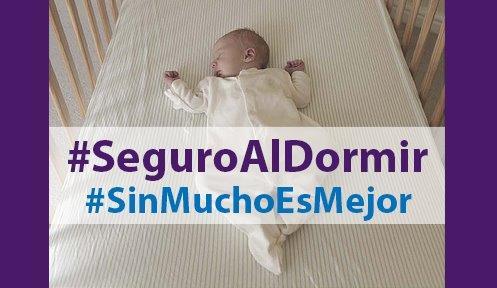 """Bebé acostado en una cuna boca arriba con legenda que lee """"#SeguroAlDormir, #SinMuchoEsMejor"""""""