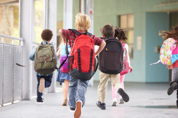 Kidsrunningtoschoolwithbackpacks