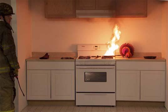Sartén en llamas sobre una estufa