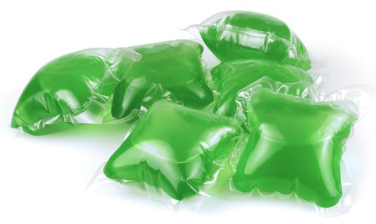 Paquetes o cápsulas de detergente líquido para una carga de ropa